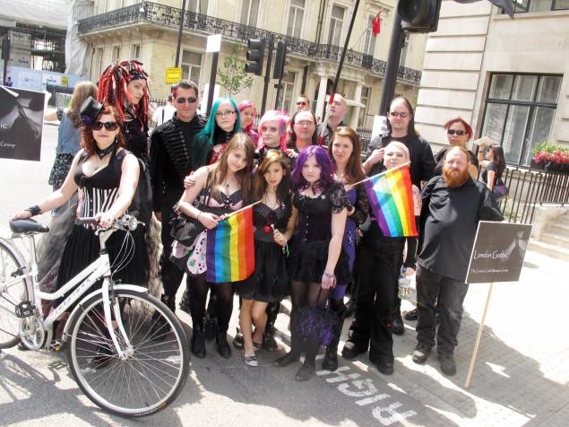 Avant pour faire peur aux conservateurs fallait s'habiller tout en noir, maintenant c'est aux couleurs de l'arc-en-ciel !